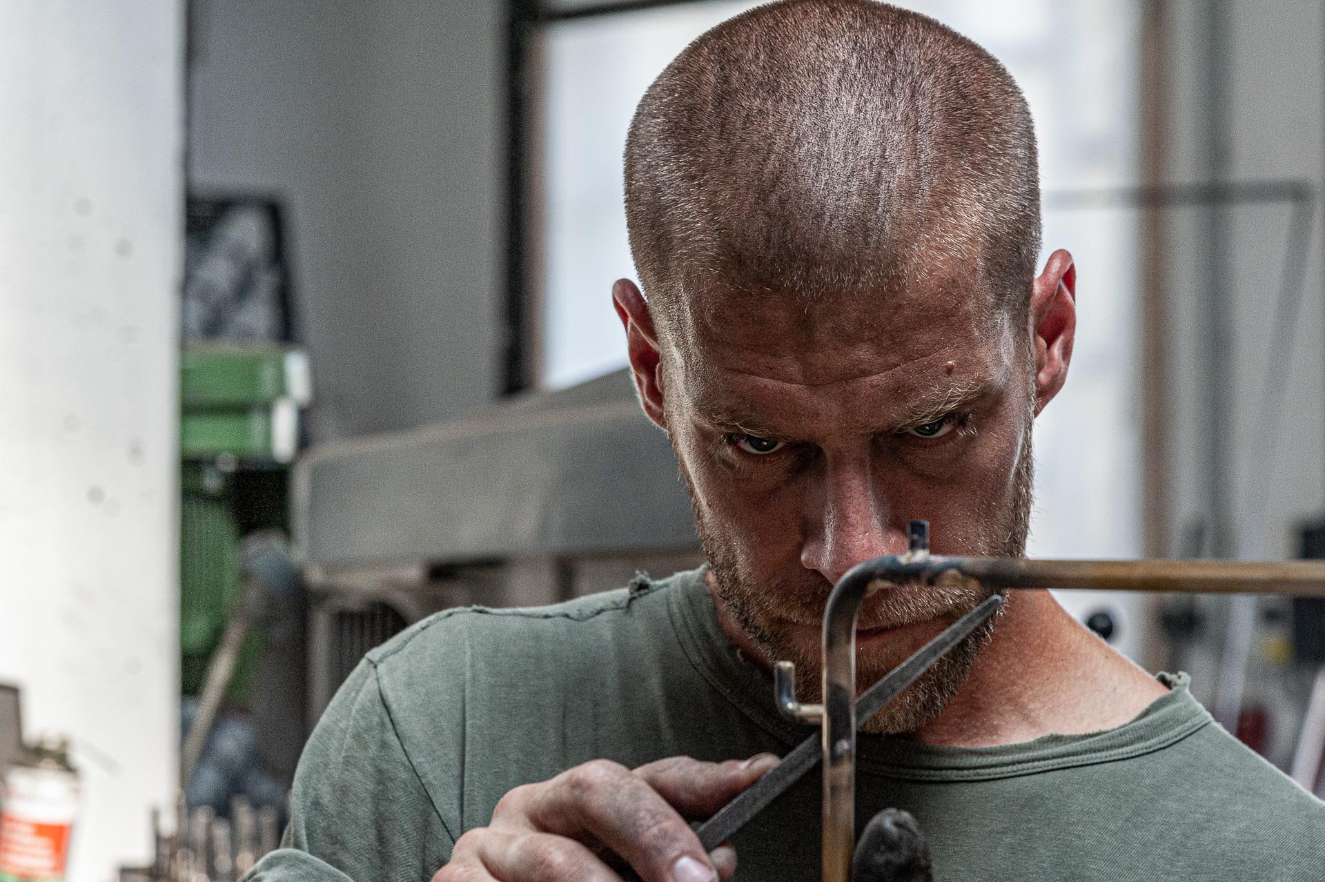 Konzentriert bei der Arbeit – Johannes Sitsen Metallbaumeister