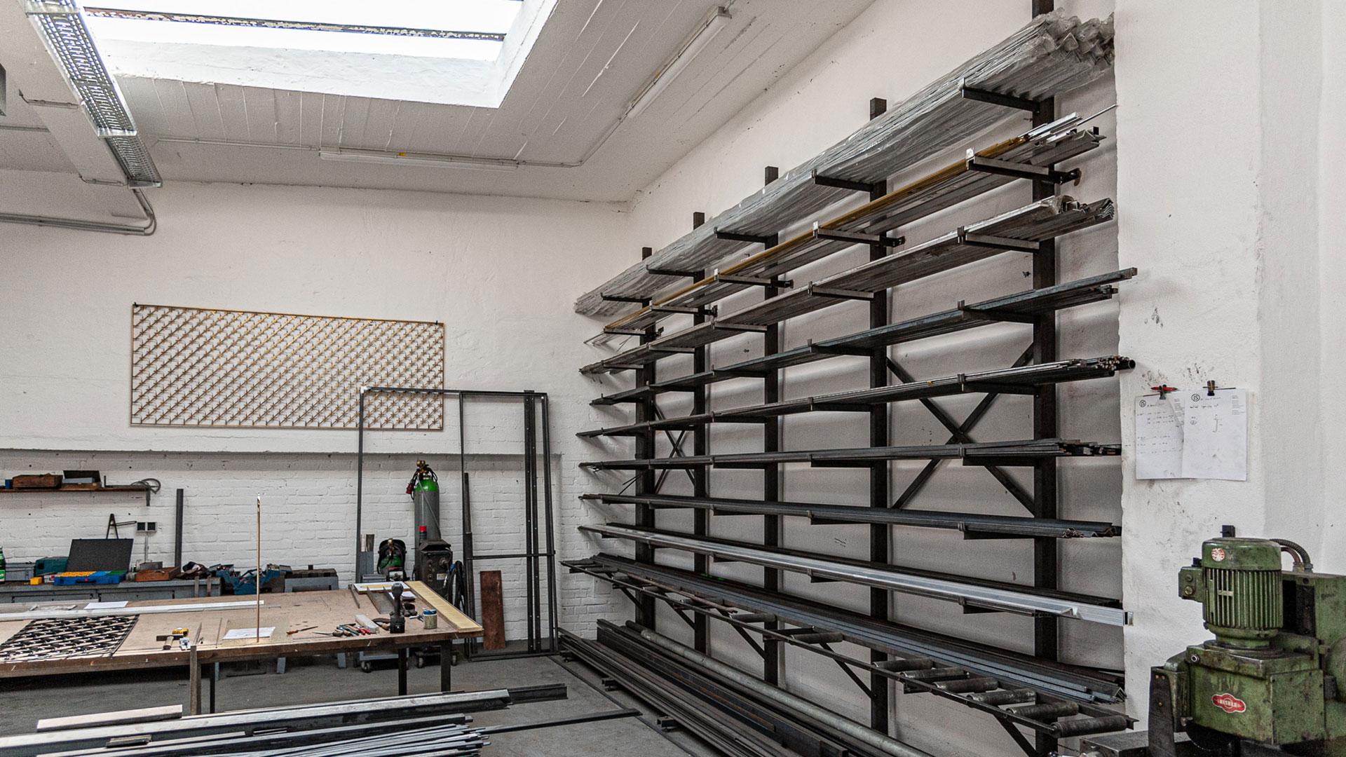 Halle mit Arbeitstisch und Wandlager – Johannes Sitsen Metallbaumeister