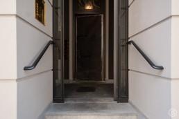 Eingangstür geöffnet und Handläufe
