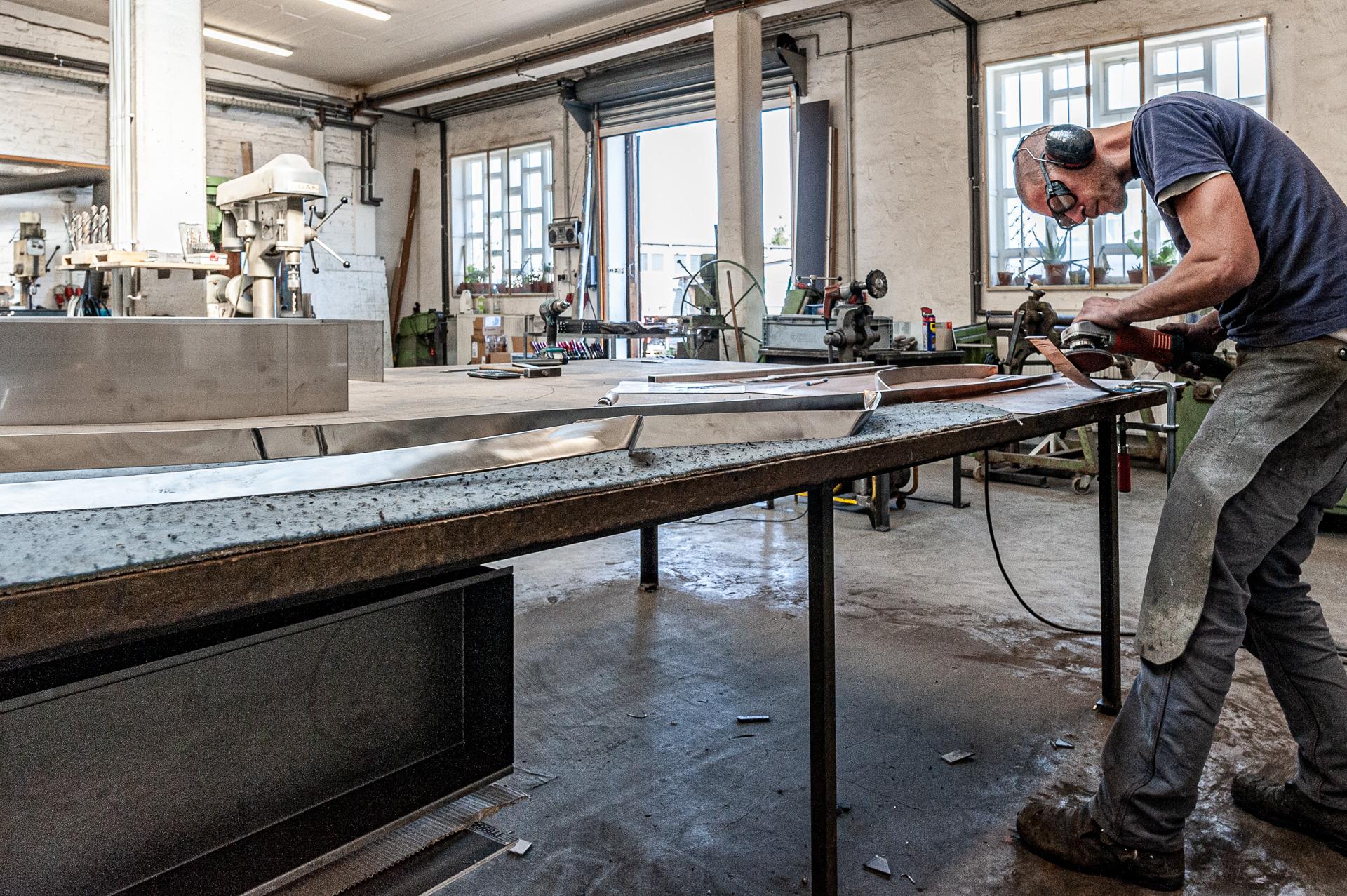 Metallbaumeister Johannes Sitsen in seiner Werkstatt